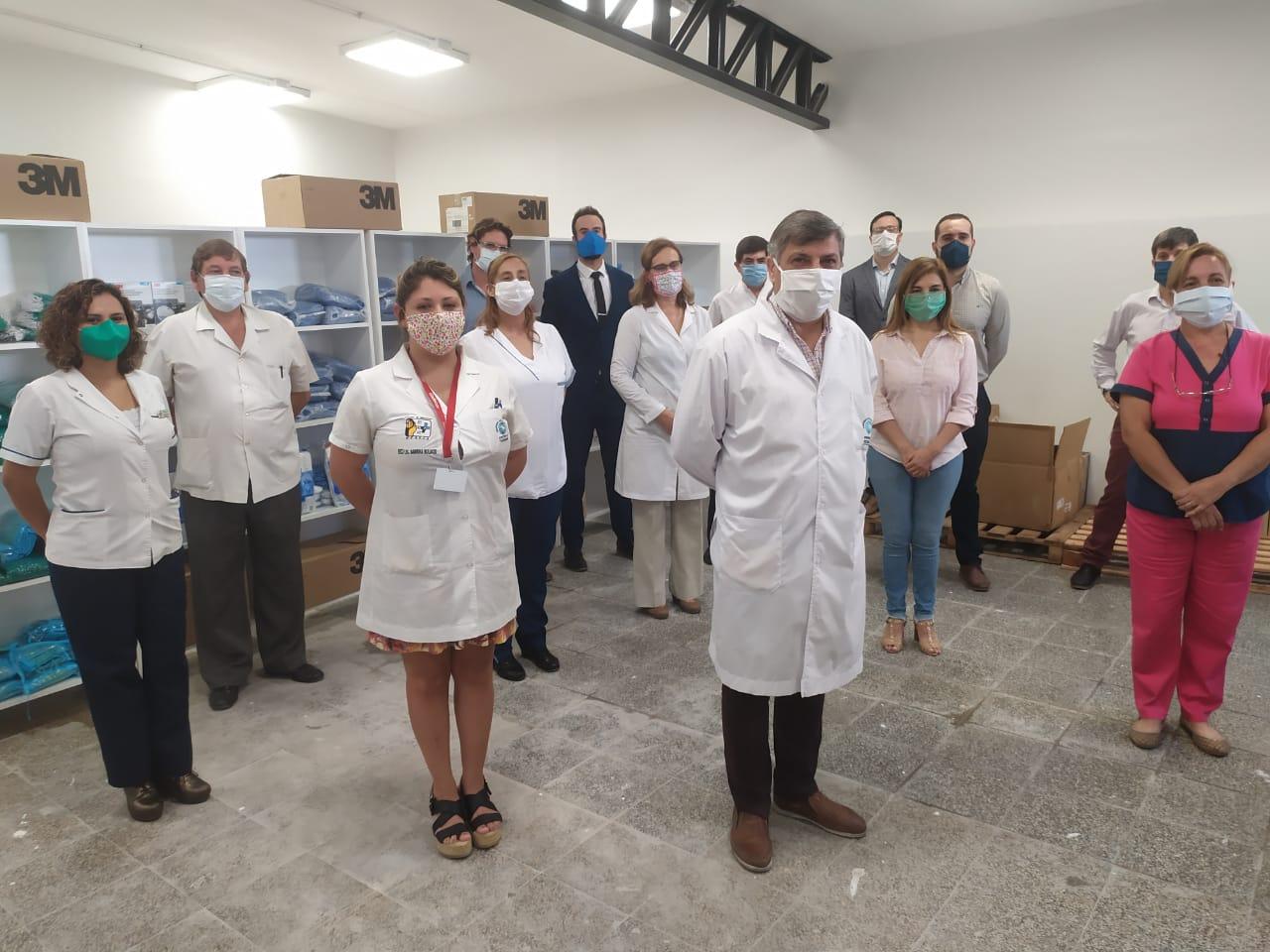 Médicos en el depósito de protección personal.