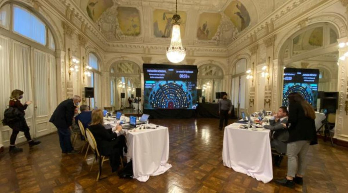 Tucumán sesionó desde el Salón Blanco