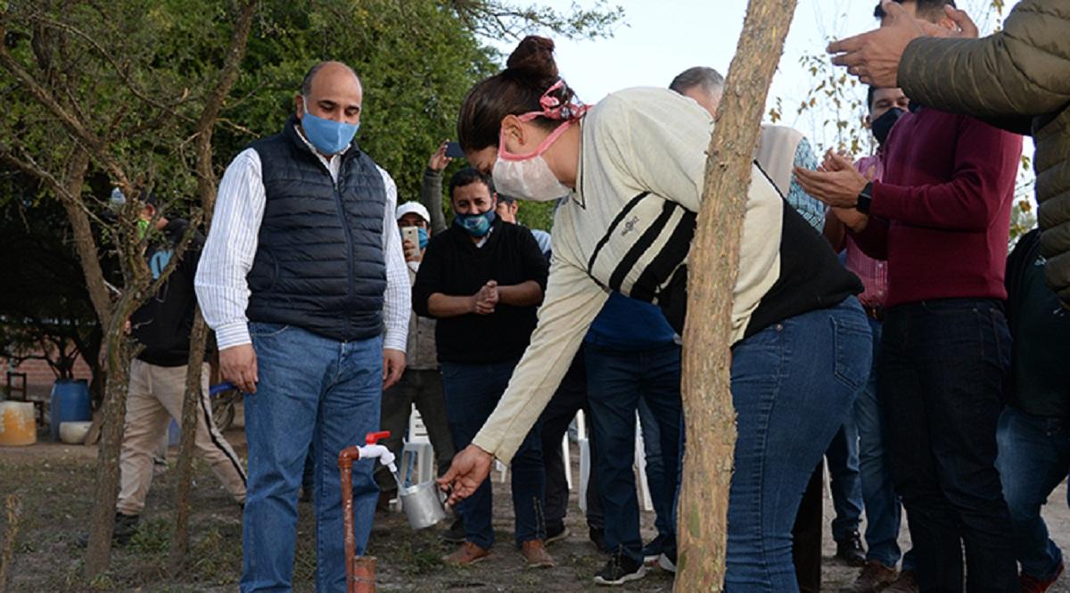 Familias de Simoca reciben red de agua potable.