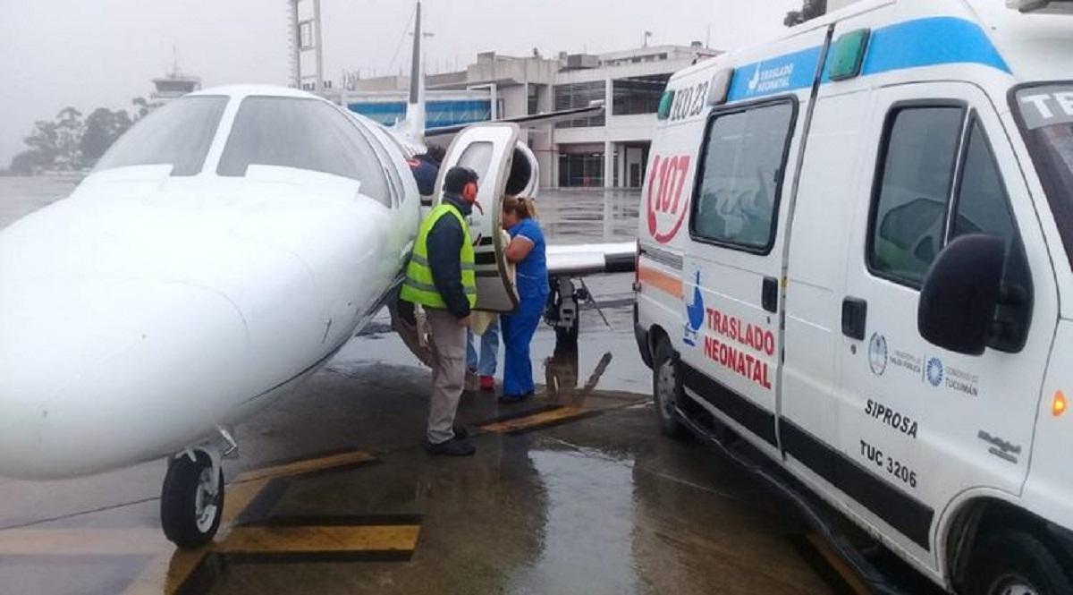 Pacientes en avión sanitario.